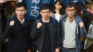 De gauche à droite, les activistes Joshua Wong, Nathan Law et Alex Chow le 16 janvier à Hong Kong.
