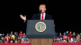 الرئيس الأمريكي دونالد ترامب خلال تجمع انتخابي بولاية ويسكونسن