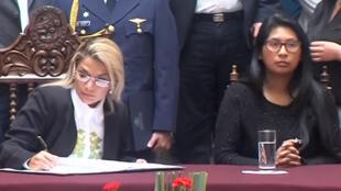 La presidenta interina Jeanine Áñez y la titular del Senado, Eva Copa, comparten la firma de la ley para la convocatoria a elecciones, el 29 de noviembre de 2019. Hoy son las líderes de un conflicto de poderes que frena la implementación de leyes en Bolivia.