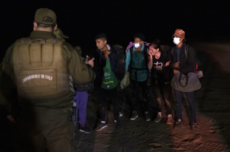 Inmigrantes venezolanos han sido arrestados por policías chilenos en la frontera peruana