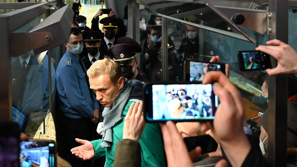 Police detain Kremlin critic Navalny in Moscow after he arrives on flight from Berlin
