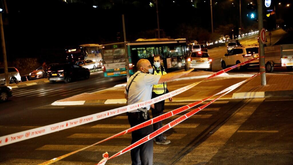 La policía israelí corta calles y dirige el tráfico ante las imposiciones del Gobierno de cuarentenas en determinados sectores de ciudades. En Jerusalén, el 8 de septiembre de 2020.