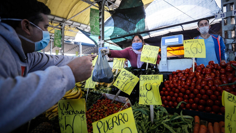 Un hombre con mascarilla hace una compra en el Mercado Central de Frutas y Verduras del partido de La Matanza, en la provincia de Buenos Aires, Argentina, el 15 de abril de 2020.
