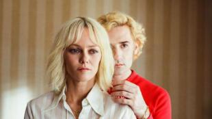 """Vanessa Paradis et Nicolas Maury dans """"Un couteau dans le cœur"""" de Yann Gonzales."""