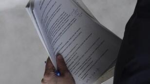 Photo d'un document dans la main d'un conseiller de David Cameron