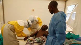 Un sobreviviente del ébola es tratado dentro de la Unidad de Atención de Emergencia de Biosecure en Beni. 31 de marzo de 2019.