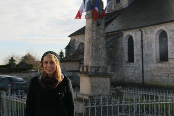 """Lucie, la compagne de Cyril, 25 ans, vit à Colombey-les-deux-Églises depuis quatre ans. Elle n'a pas voté mais précise que son cœur """"penche en faveur du FN""""."""