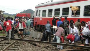 Des passagers sortent du train accidenté, le 21 octobre 2016.