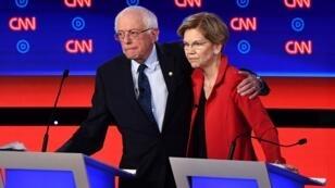 Elizabeth Warren et Bernie Sanders débattent avec huit autres candidats à Détroit, mardi 30 juillet 2019.