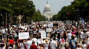 Activistas de inmigración marchan para protestar contra la política migratoria de la administración Trump en Washington, el 30 de Junio de 2018.