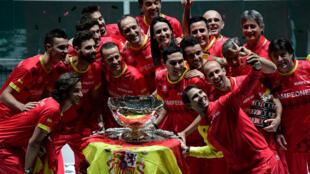 الإسباني رافايل نادال يلتقط صورة مع أعضاء منتخب بلاده عقب التتويج بلقب كأس ديفيس في كرة المضرب في مدريد في 24 تشرين الثاني/نوفمبر 2019.