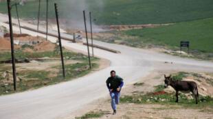 Un médecin tente d'échapper à l'attaque qui a visé Khan Cheikhoun, petite ville de la province d'Idleb, dans le nord-ouest de la Syrie.