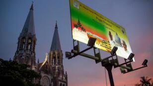 Une affiche placée devant l'église de Rangoun souhaite la bienvenue au pape François.