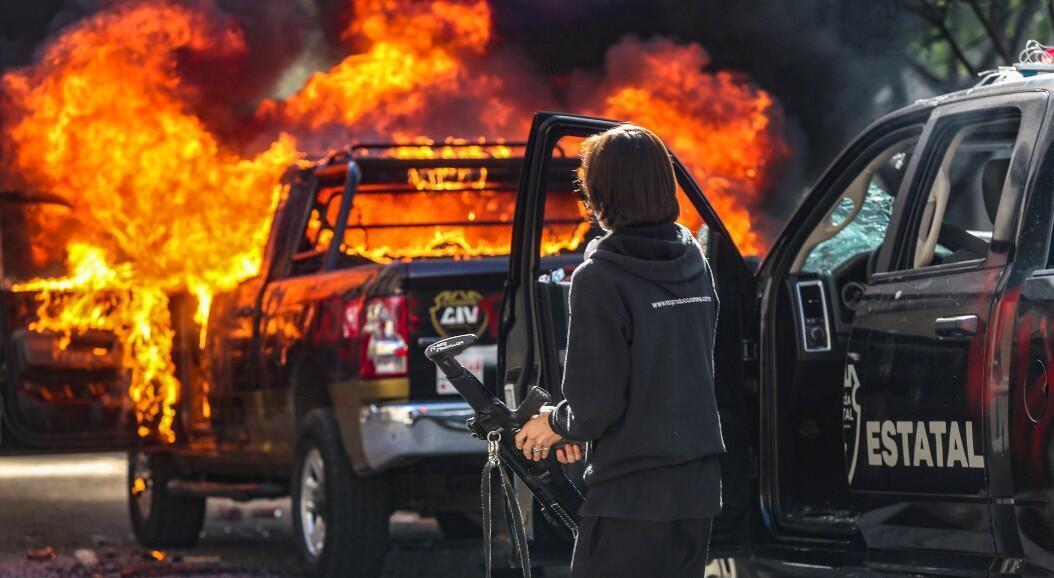 Vehículos de policía quemados en medio de una protesta contra la muerte de un joven bajo custodia policial, en Guadalajara, Jalisco, México, el 4 de junio de 2020.