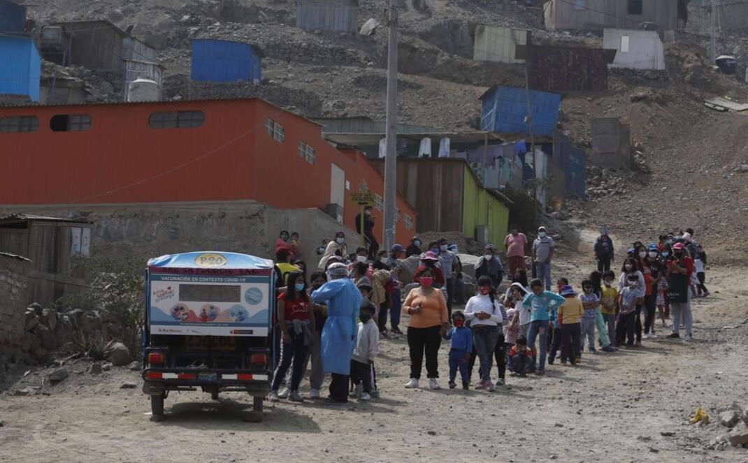 Perú es uno de los países latinoamericanos más golpeados por la pandemia. La cifra oficial de fallecidos por el virus sobrepasa los 20.000. En paralelo a la emergencia, la crisis económica ha profundizado las brechas de desigualdad y elevado los niveles de pobreza.