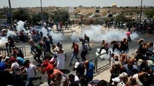 القوات الإسرائيلية تطلق الغاز المسيل للدموع على فلسطينيين أثناء صدامات في محيط الحرم القدسي، 21 تموز/يوليو 2017
