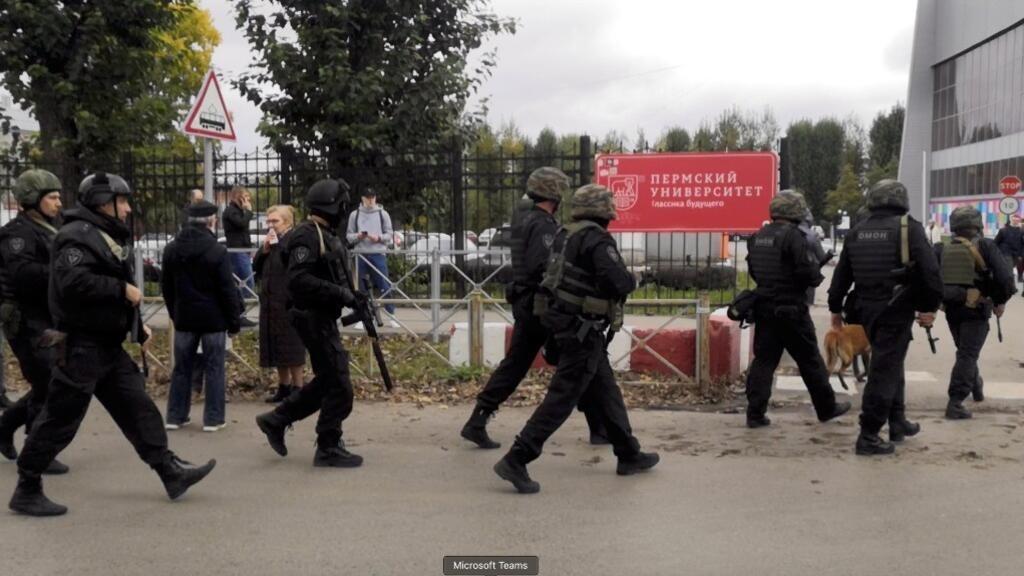 Agentes de seguridad rusos llegaron a la Universidad de Perm después de que un hombre armado abrió fuego. 20 de septiembre de 2021.