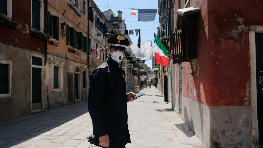 Un policía camina por las calles de Venecia, en Italia, mientras continúan las medidas de confinamiento para evitar el Covid-19, el 22 de abril de 2020.