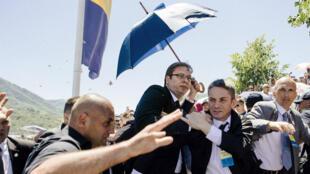Le Premier ministre serbe Aleksandar Vucic a dû fuir les jets de pierres à Srebrenica, 11 juillet 2015.