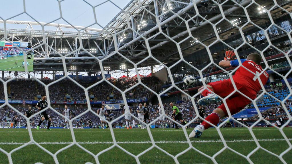 Hannes Halldorson ataja el penal cobrado por Lionel Messi
