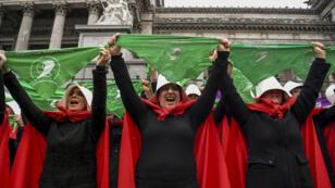 """Un grupo de mujeres disfrazadas de protagonistas de la novela """"The Handmaid's Tale"""" protesta a favor del aborto en el Congreso. 25/7/18"""