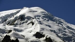 Growing numbers of tourists trying to reach the Mont Blanc summit have created dangerous conditions for climbers, officials say