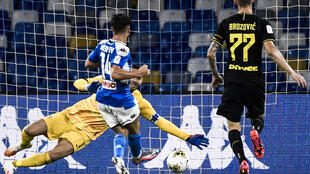أصبح البلجيكي درايس ميرتينس أفضل هداف في تاريخ فريقه نابولي الإيطالي بتسجيله هدفه الـ122 في 12 حزيران/يونيو 2020.
