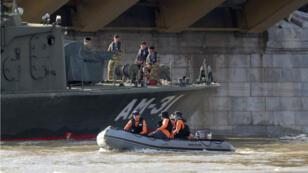 Un barco especial del equipo de rescate de Corea del Sur trabaja en la búsqueda de los desaparecidos en el río Danubio en Budapest, Hungría. 31 de mayo de 2019.