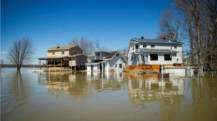 Depuis plusieurs semaines, le Canada subit des vagues d'inondations, comme ici à Rigaud, près de Montreal, le 22 avril.