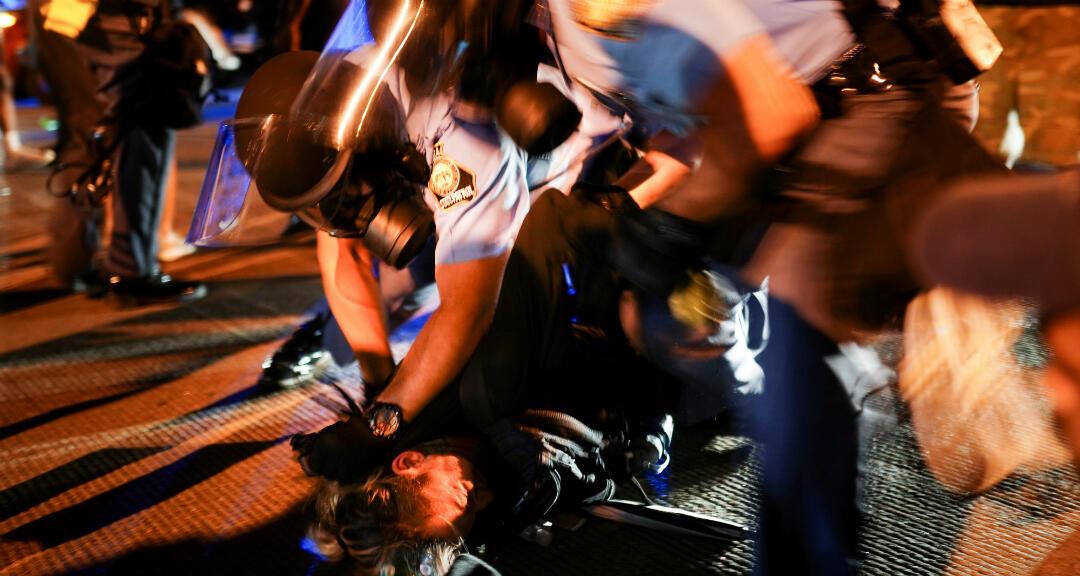La policía detiene a manifestantes durante una manifestación contra la desigualdad racial y la muerte a tiros de Rayshard Brooks, en Atlanta, Georgia, Estados Unidos, el 13 de junio de 2020.