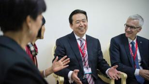 Imagen que muestra al presidente de Interpol, el chino Hongwei Meng, mientras conversa con varios compañeros en Bali, Indonesia.