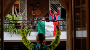 المدربة الإيطالية أنطونيتا أورسيني تدرب جيرانها من شرفة منزلها حيث لا يستطيع الإيطاليون مغادرة منازلهم بسبب تفشي فيروس كورونا، روما، إيطاليا، 18 مارس/ آذار 2020.