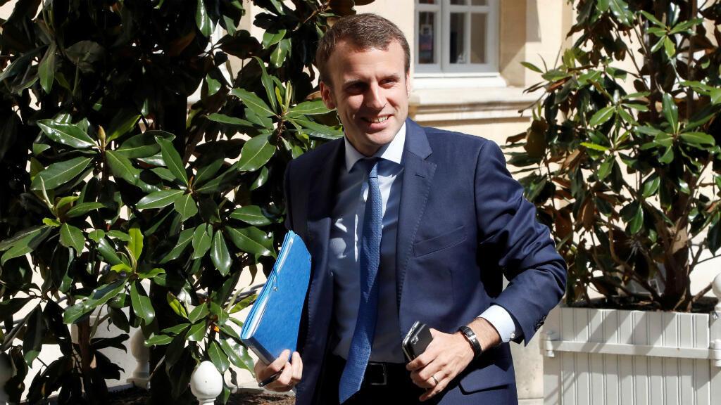 Emmanuel Macron, samedi 28 mai 2016, arrive à Matignon pour une réunion avec le Premier ministre et d'autres membres du gouvernement.