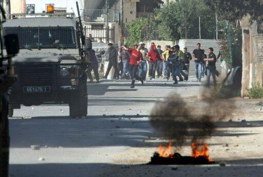 """مواجهات بين متظاهرين فلسطينيين وقوات الأمن الإسرائيلية أمام مقام """"قبر يوسف"""" في نابلس في 2011"""