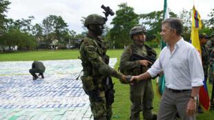 El presidente de Colombia, Juan Manuel Santos, saluda a un soldado después de la incautación de más de 12 toneladas de cocaína en Apartadó Antioquia.
