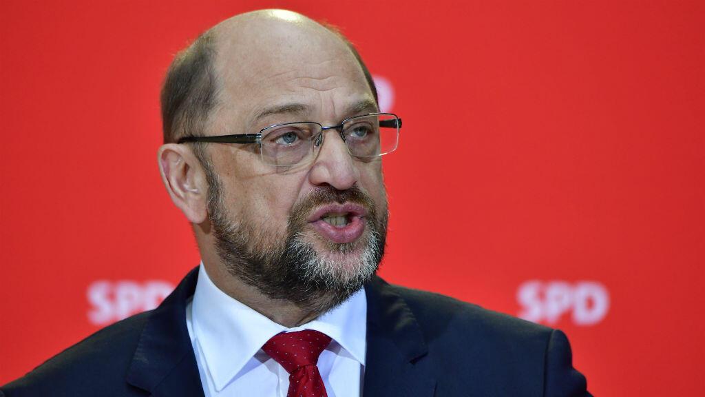 Le président du SPD Martin Schulz a déclaré lors d'une conférence de presse le 24 novembre 2017 qu'il était ouvert à des discussions pour former une coalition gouvernementale avec Angela Merkel.