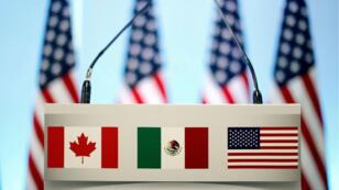 Las banderas de Canadá, México y Estados Unidos lucen en un atril previo a una conferencia de prensa conjunta sobre el TLCAN en Ciudad de México, el 5 de marzo de 2018.
