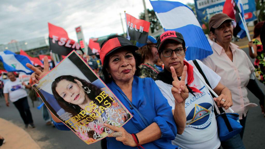 """Los partidarios del presidente nicaragüense Daniel Ortega sostienen una foto de la vicepresidenta Rosario Murillo durante una marcha llamada """"¡Mujeres valientes! ¡Mujeres victoriosas!"""" para conmemorar el Día Internacional de la Mujer en Managua, Nicaragua, el 7 de marzo de 2020."""