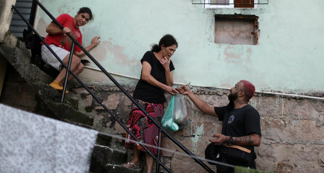 Un voluntario lleva alimentos a una familia pobre en el barrio marginal de Complexo do Alemao en Río de Janeiro, Brasil, el 22 de junio de 2020.