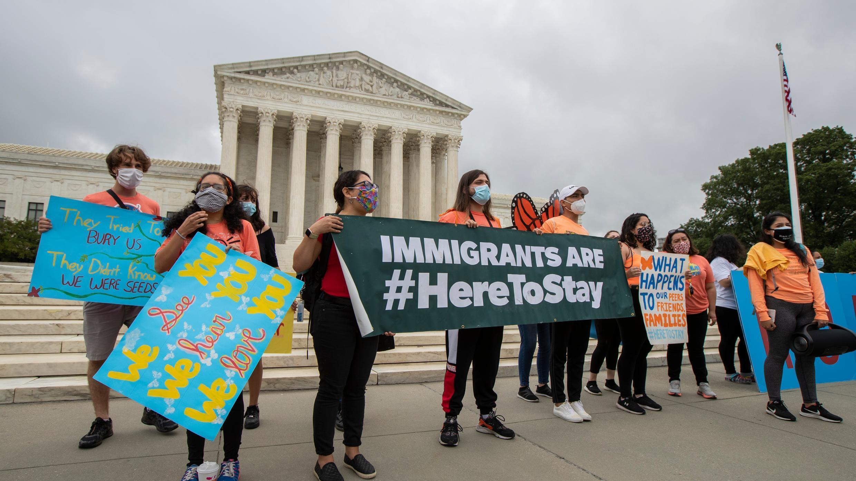 En esta foto del 18 de junio de 2020, los beneficiarios de Acción Diferida para los Llegados en la Infancia (DACA) celebran frente a la Corte Suprema después de que rechazaran el esfuerzo del presidente Donald Trump para poner fin a las protecciones legales para los jóvenes inmigrantes en Washington.
