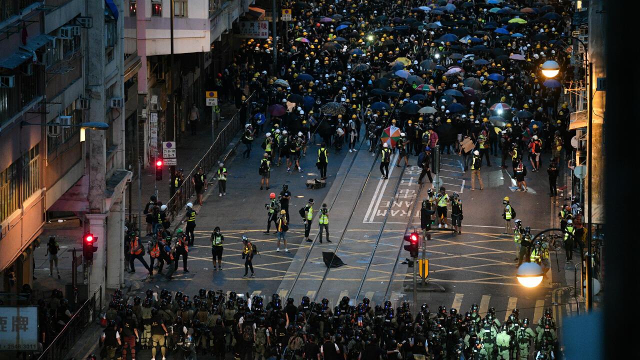 Des manifestants font face aux policiers lors d'une manifestation pro-démocratie, le 28 juillet 2019 à Hong Kong.