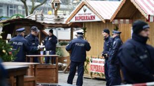 Des policiers allemands, mardi 20 décembre 2016, sur le marché de Noël de Berlin où un terroriste au volant d'un camion a tué douze personnes.
