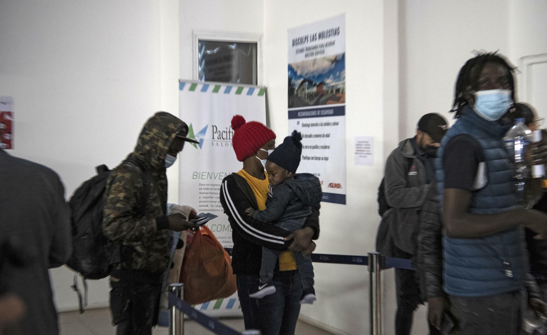 Haitianos con residentes chilenos en el aeropuerto de Erica en Chile esperando para tomar un vuelo a través de la frontera de Perú a Santiago