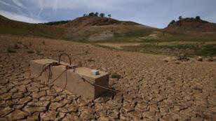 Un bloc qui servait à amarrer les bateaux gît au milieu du lac McClure, en Californie, complètement à sec.