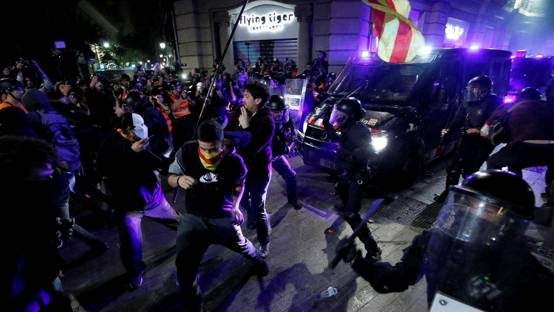 Manifestantes catalanes y la policía antidisturbios se enfrentan durante una protesta contra la acción policial, en Barcelona, España, 26 de octubre de 2019.