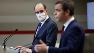 Le Premier ministre Jean Castex (g) et le ministre de la Santé Olivier Véran, lors d'une conférence de presse à Paris le 14 janvier 2021