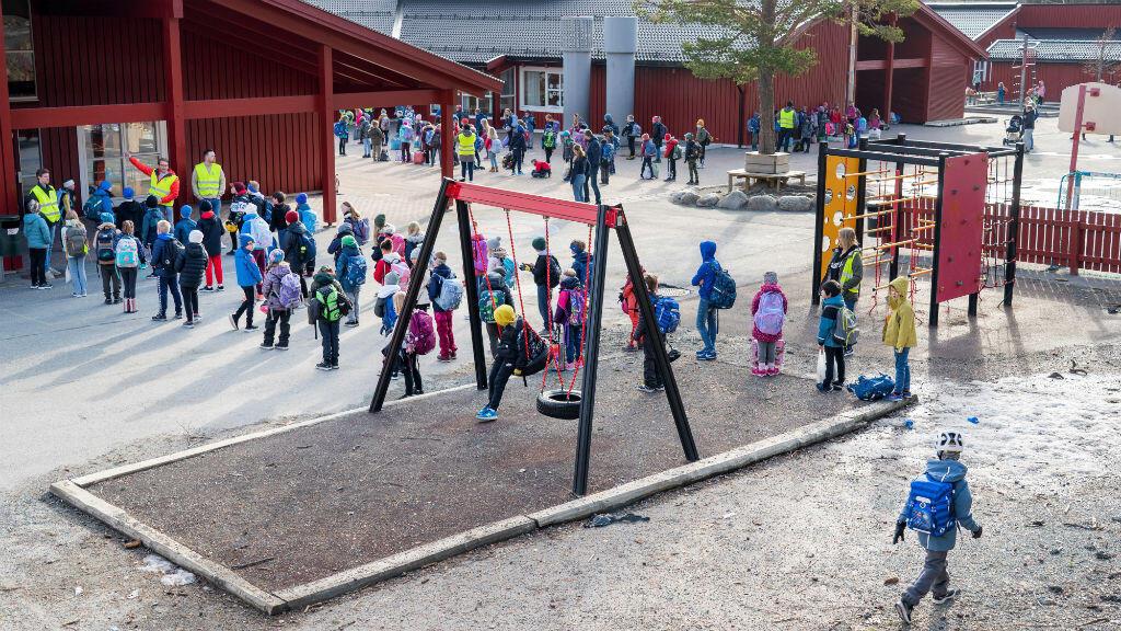 Vista general de la escuela Vikasen, que reabrió sus puertas debido al brote de la enfermedad del coronavirus Covid-19 en Trondheim, Noruega, el 27 de abril de 2020.