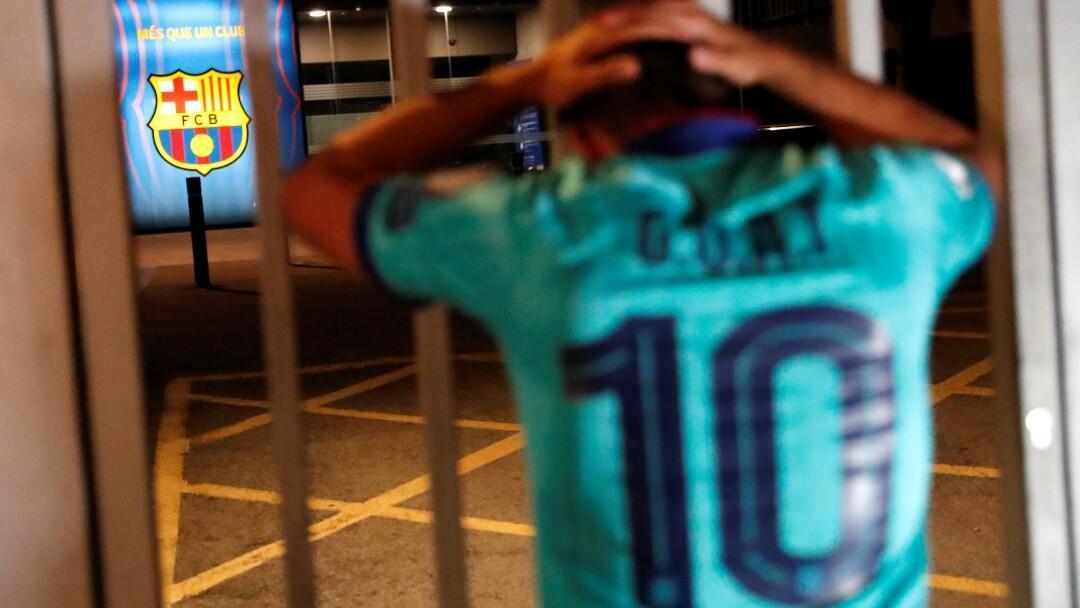 Un aficionado del Barcelona se lamenta a las afueras del Camp Nou. Barcelona, España, 25 de agosto de 2020.