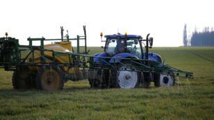 Épandage d'herbicides à Sancourt, près de Cambrai (Nord), le 18 mars 2016.