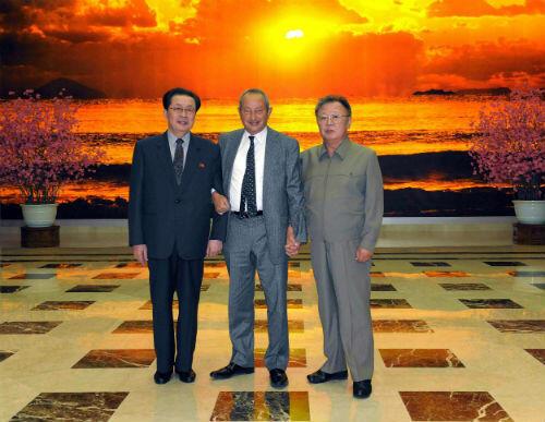 Le milliardaire égyptien Naguib Sawiris et le leader nord-coréen Kim Jong-il, main dans la main, en 2011.